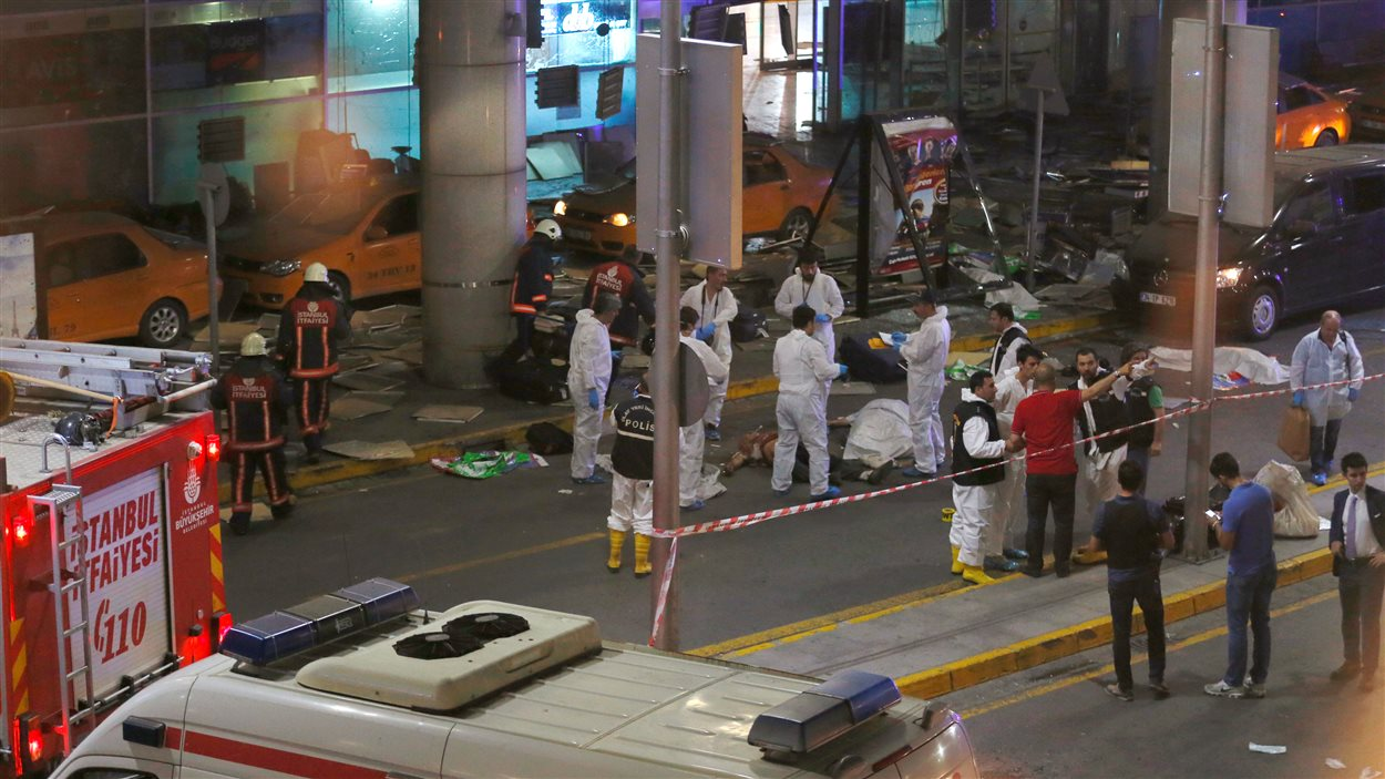 Les secouristes se sont déplacés à l'aéroport d'Istanbul où il y a des dizaines de morts.