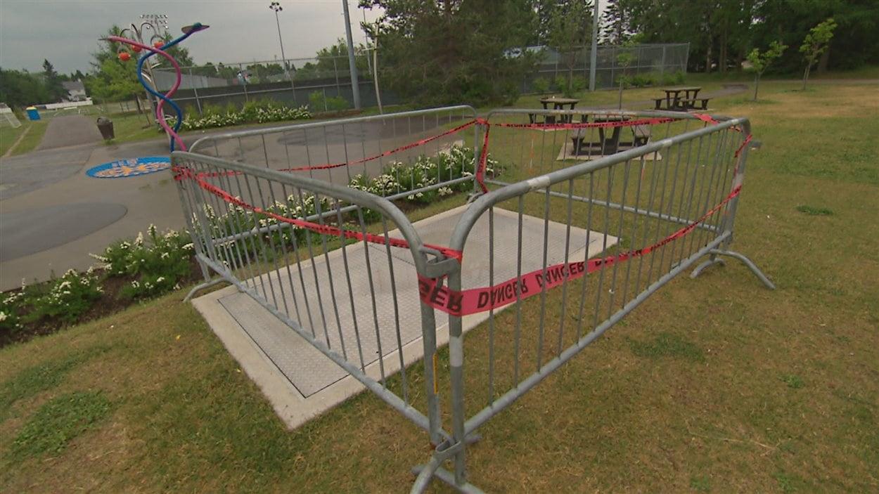 Une clôture a été installée autour de la plaque de métal.