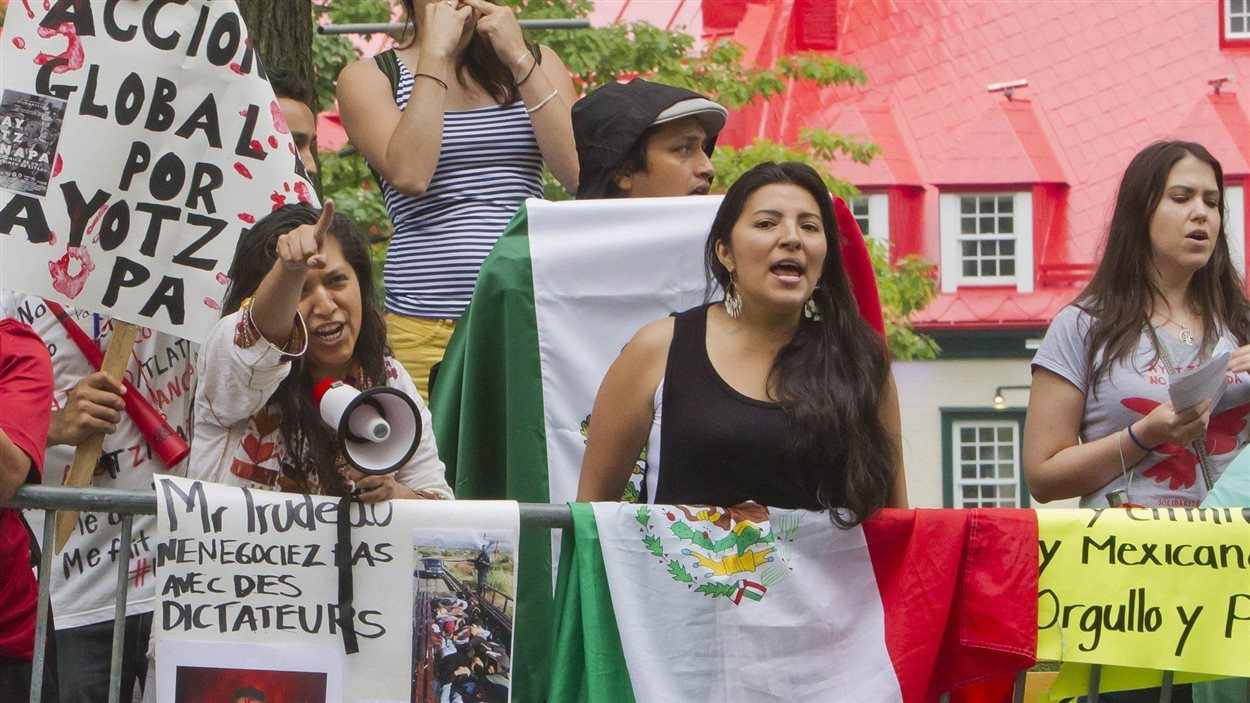 Des manifestants protestent contre la visite du président mexicain Enrique Peña Nieto à Québec.
