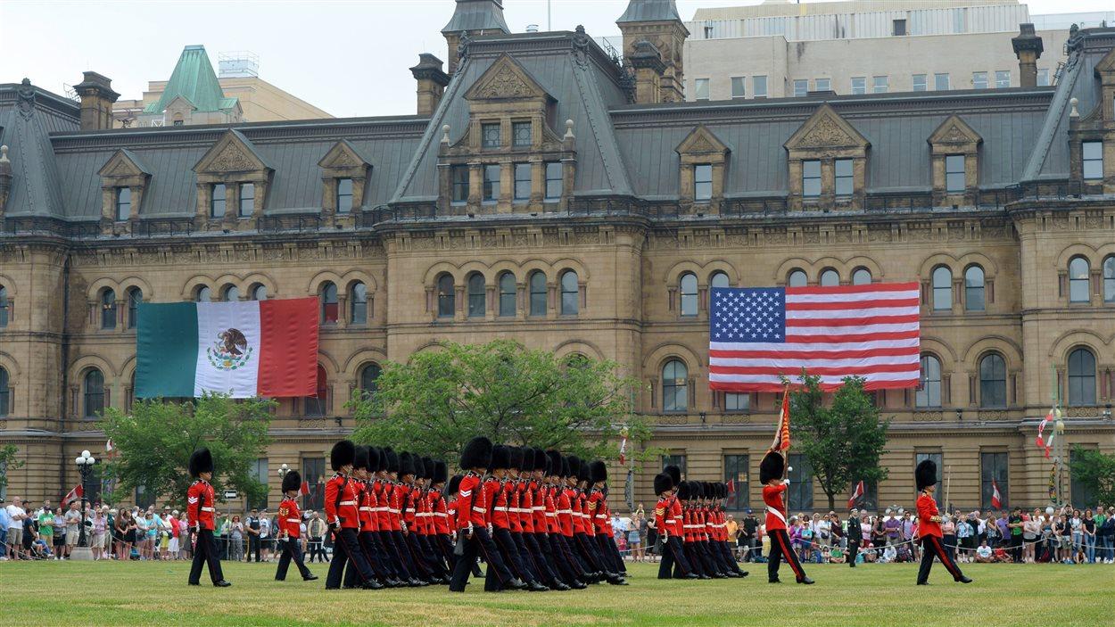 Les drapeaux du Mexique et des États-Unis sont installés sur l'édifice qui abrite les bureaux du premier ministre du Canada.