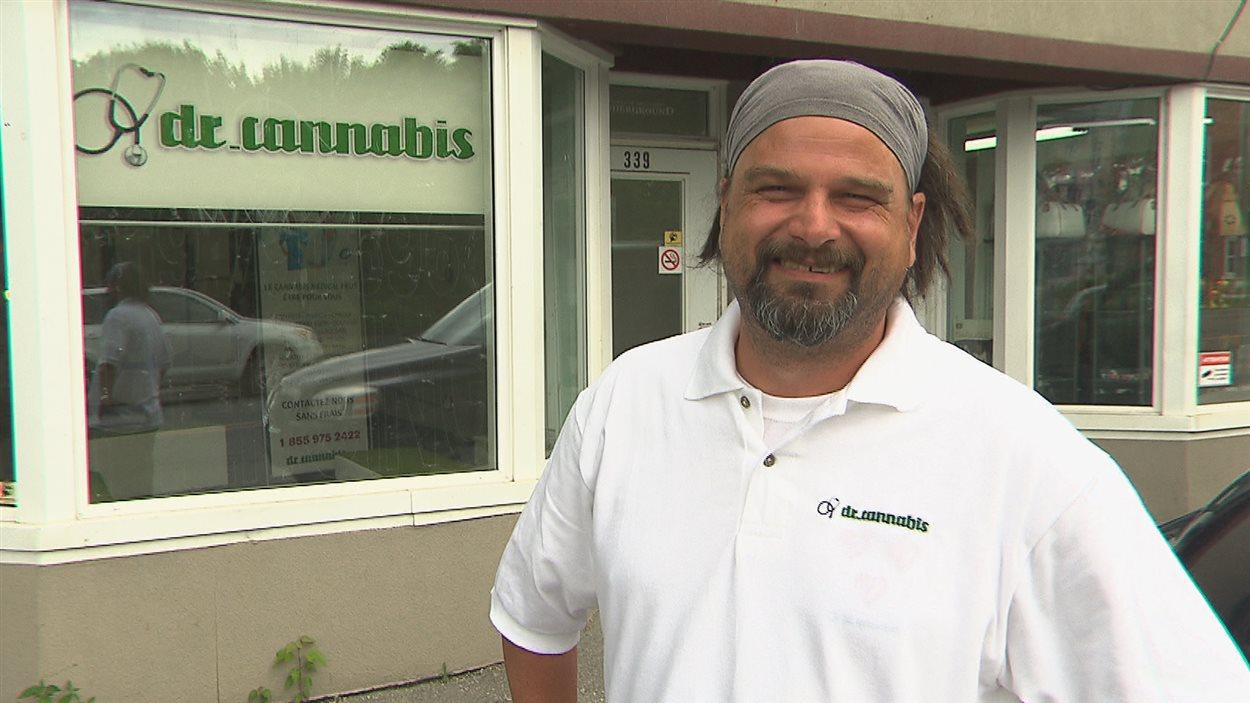 Regis Gaudet, devant le bureau de Dr Cannabis sur la rue Alexandre à Sherbrooke