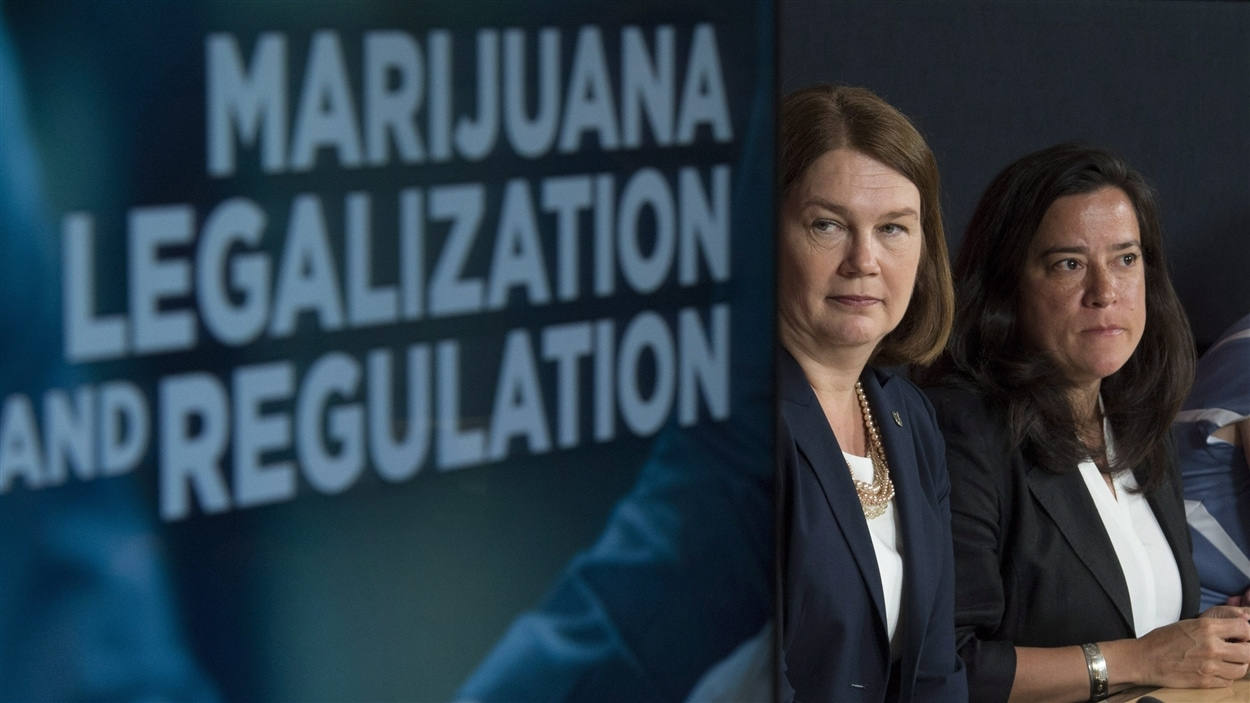 Les ministres Jody Wilson-Raybould et Jane Philpott annoncent la mise sur pied d'un groupe de travail sur la légalisation de la marijuana.