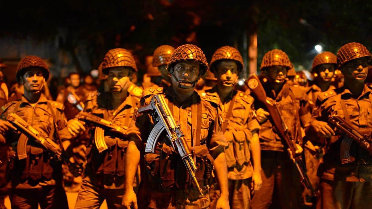 Des soldats sont postés près du restaurant qui a été la cible d'une attaque à Dacca, au Bangladesh.