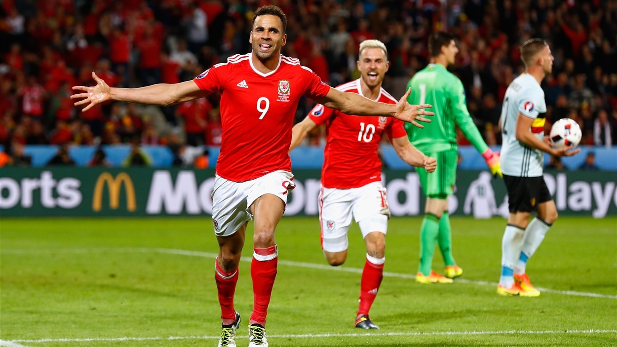 Hal Robson-Kanu (gauche) et Aaron Ramsey (droite)