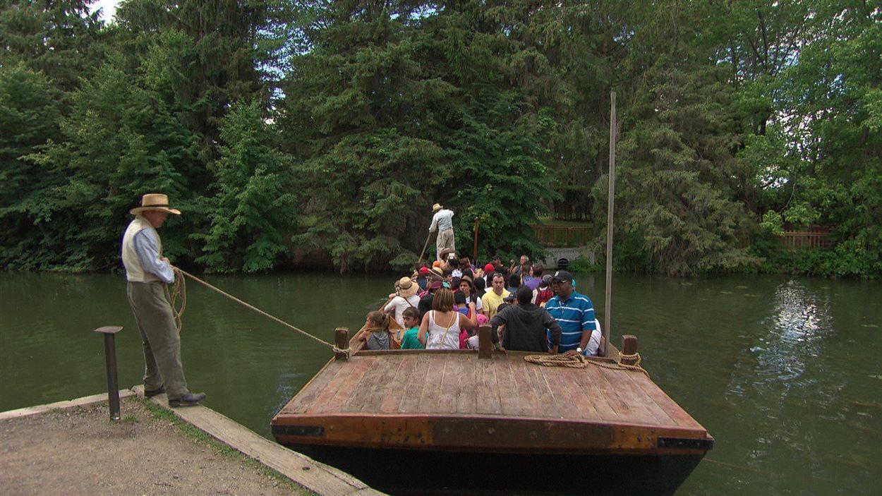 Une traversée en bateau au village Upper Canada.