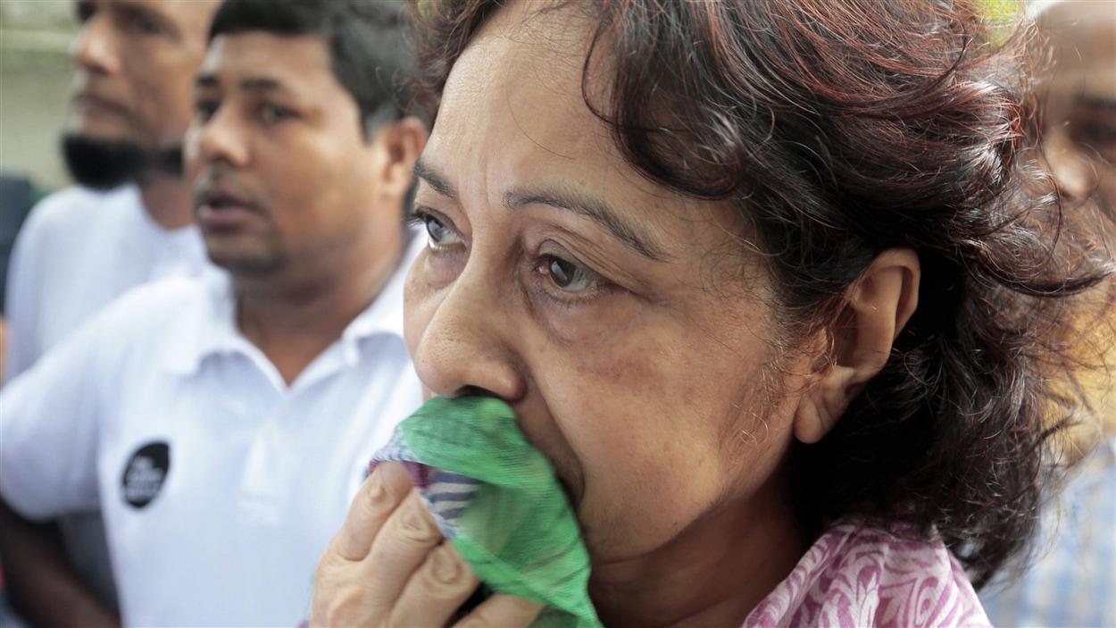 Cette femme attend de revoir son fils et sa belle-fille, secourus par les autorités alors qu'ils se trouvaient à l'intérieur du restaurant lors de la prise d'otages à Dacca.