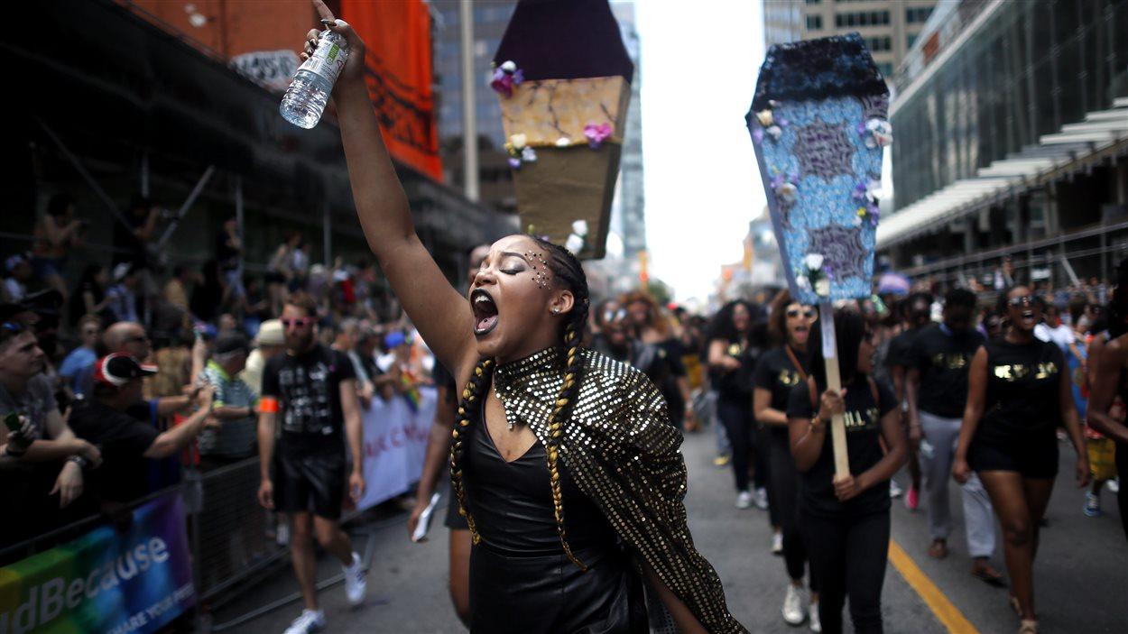Des membres du mouvement Black Lives Matter Toronto marchent au défilé de la fierté à Toronto le 3 juillet 2016.