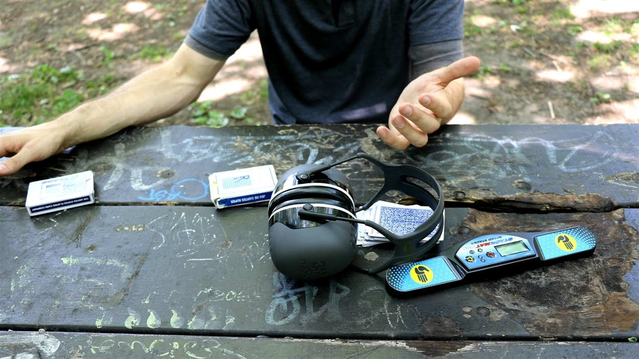 Francis Blondin, champion de mémoire, utilise un casque antibruit et un chronomètre pendant les compétitions.