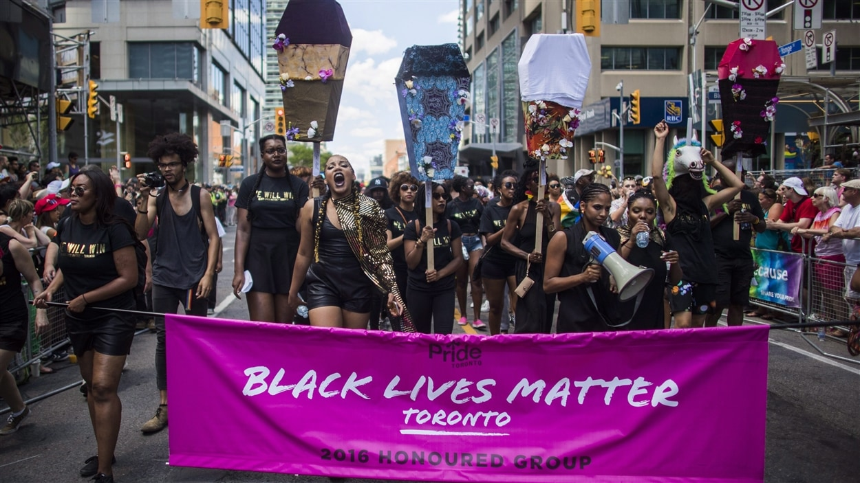 Le groupe de pression Black Lives Matter a forcé l'interruption du défilé de la fierté pendant une trentaine de minutes.