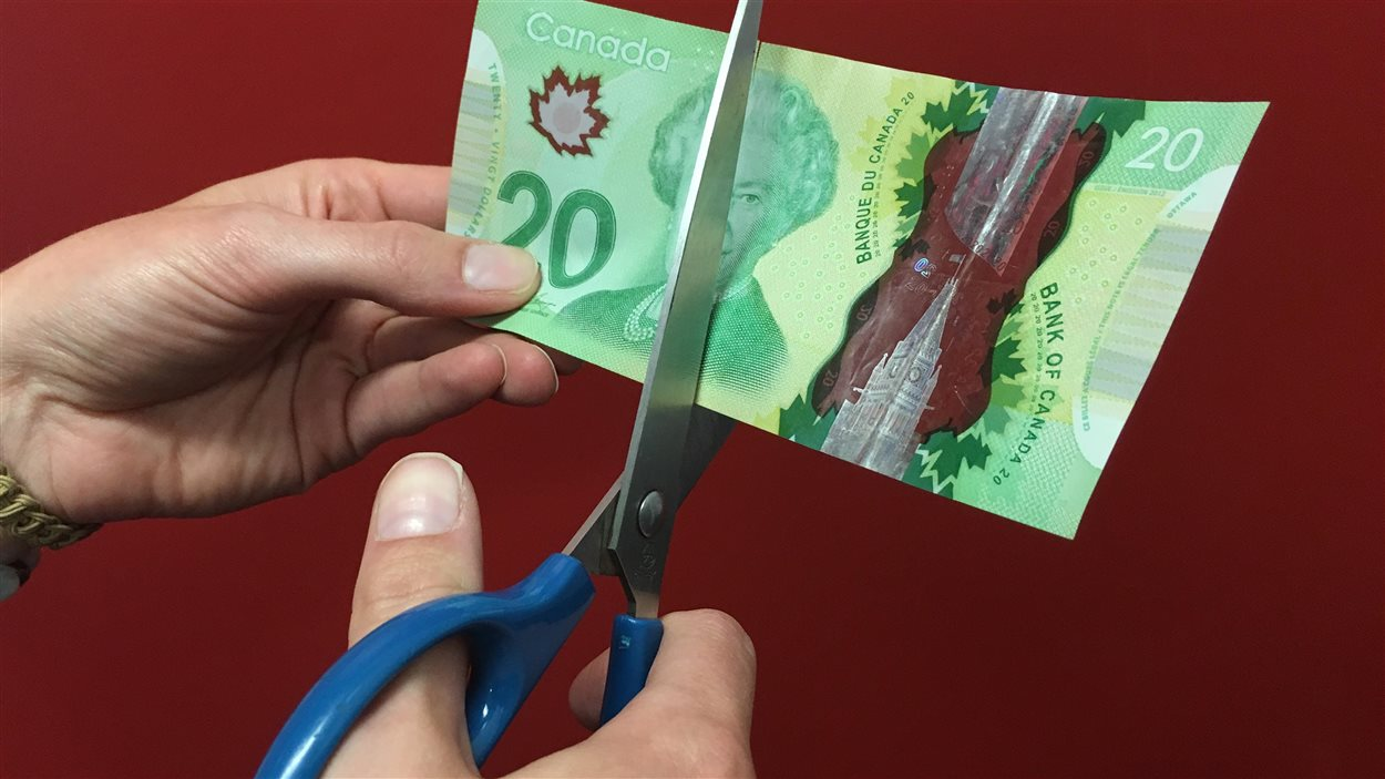 En Gaspésie, le système de monnaie locale appelé le demi consiste à couper les billets en deux, ce qui limite leur usage à un réseau précis.