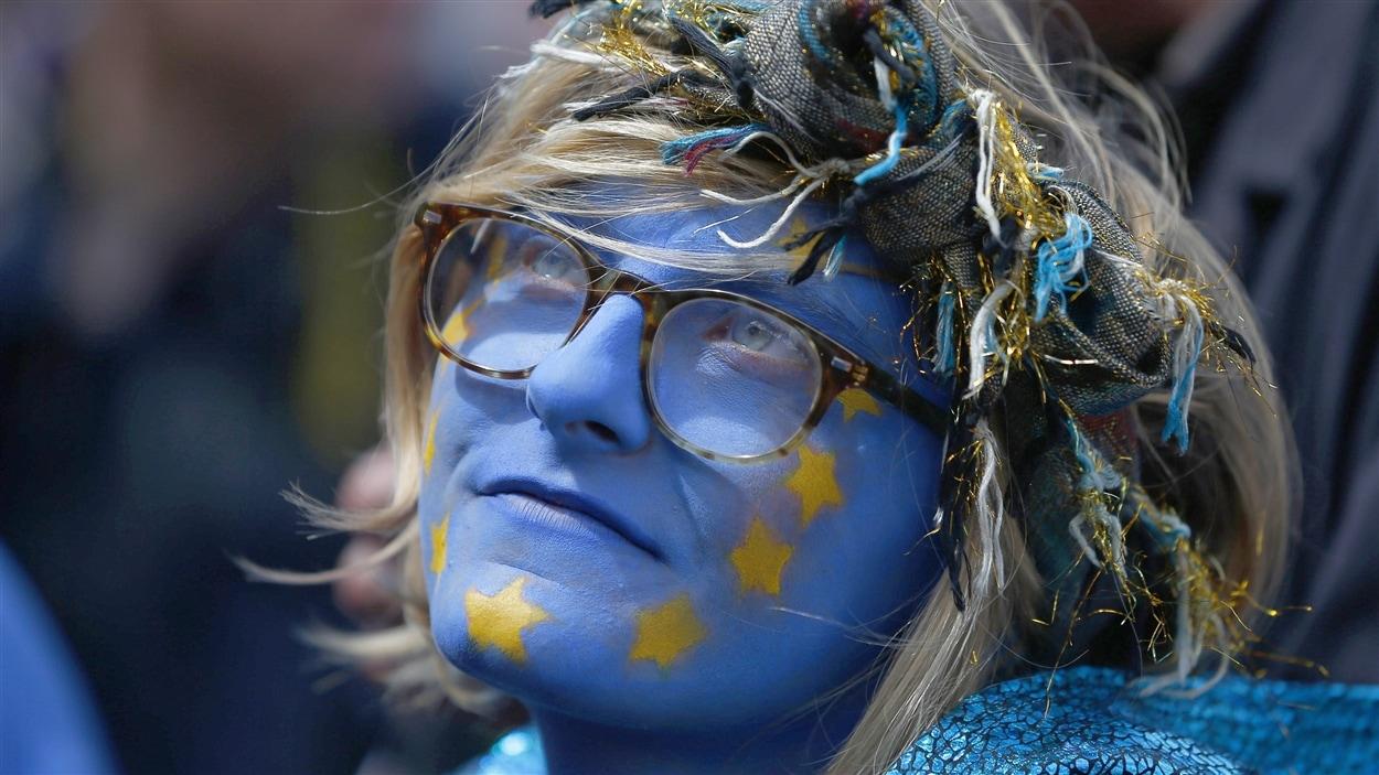 Une partisane anti-Brexit s'est peint le visage aux couleurs du drapeau de l'Union européenne lors d'une manifestation, à Londres.