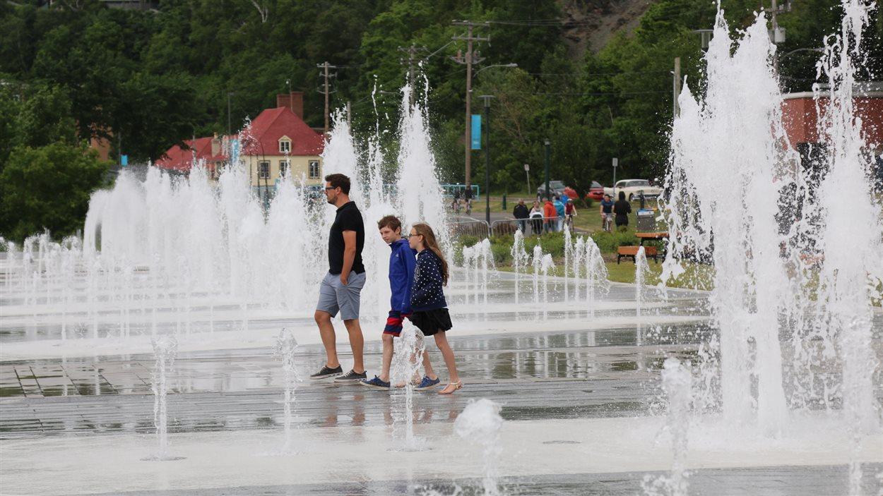 Les promeneurs peuvent marcher à travers la fontaine.