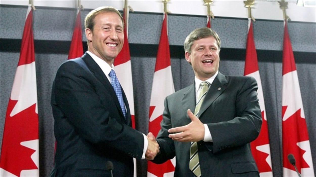 Stephen Harper, chef de l'Alliance canadienne et Peter McKay, chef du Parti progressiste-conservateur du Canada, lors de la fusion de leurs partis en 2003.