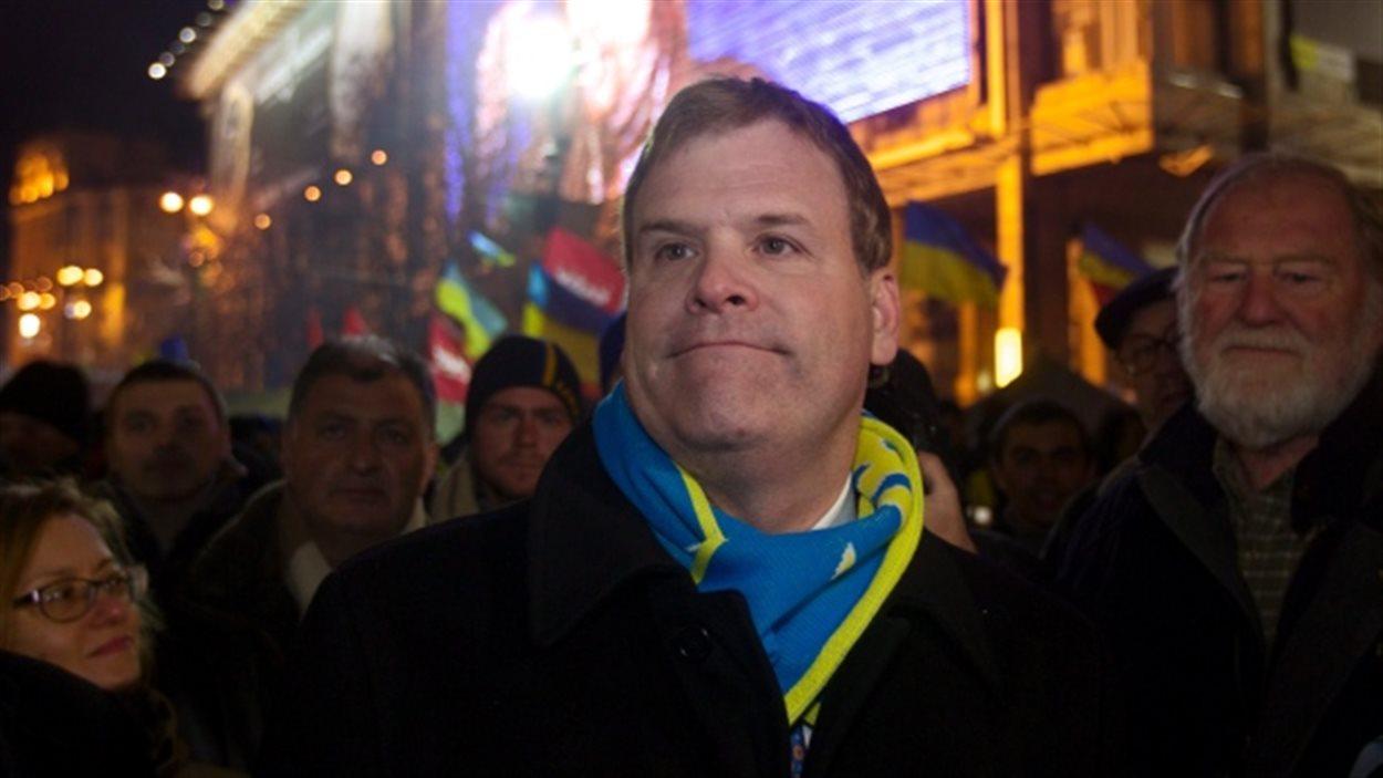 Le ministre des Affaires étrangères John Baird avec les manifestants à Kiev en 2013.
