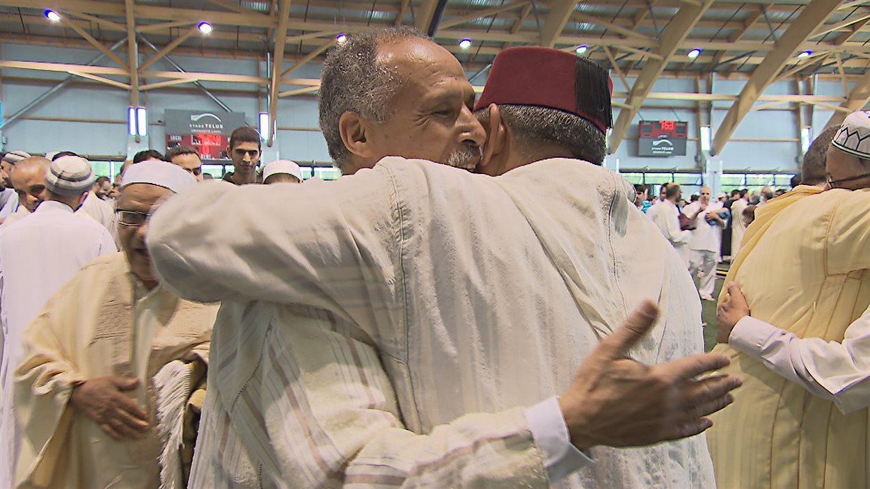 Deux musulmans assistent à la fête d'Aïd el-Fitr au Peps de l'université Laval.