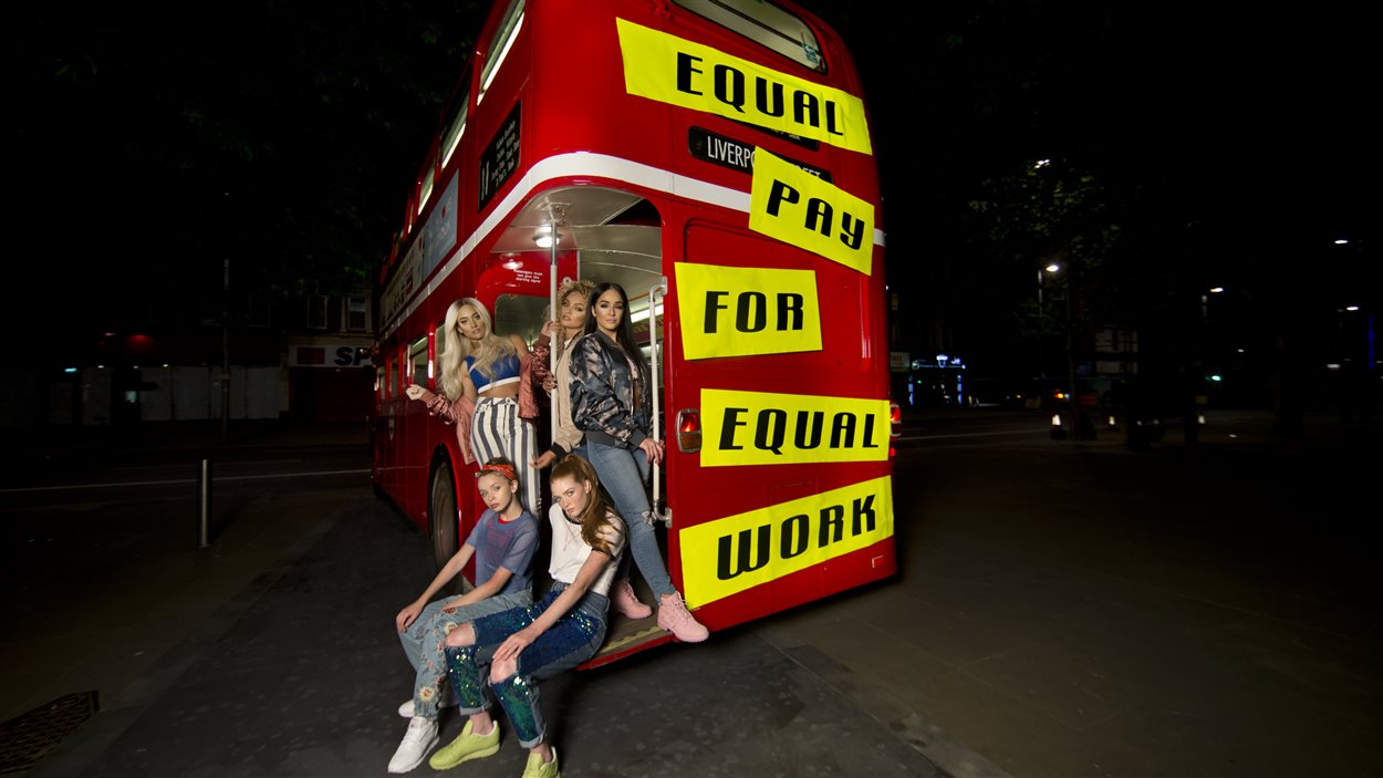 Plusieurs artistes présentes dans la vidéo parodiant la chanson «Wannabe» à Londres, en mai dernier.