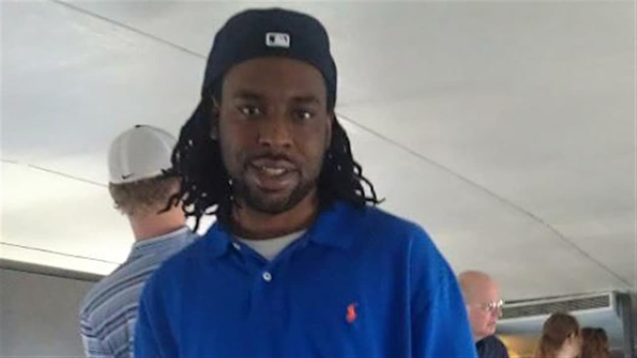 Des proches ont identifié la victime comme étant  Philando Castile, âgé de 32 ans.
