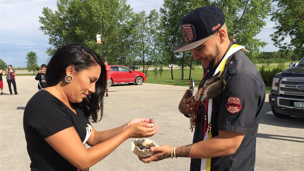 Deux jeunes de la communauté pendant un rite pratiqué avec de l'encens de sauge dans le but de clarifier l'esprit.