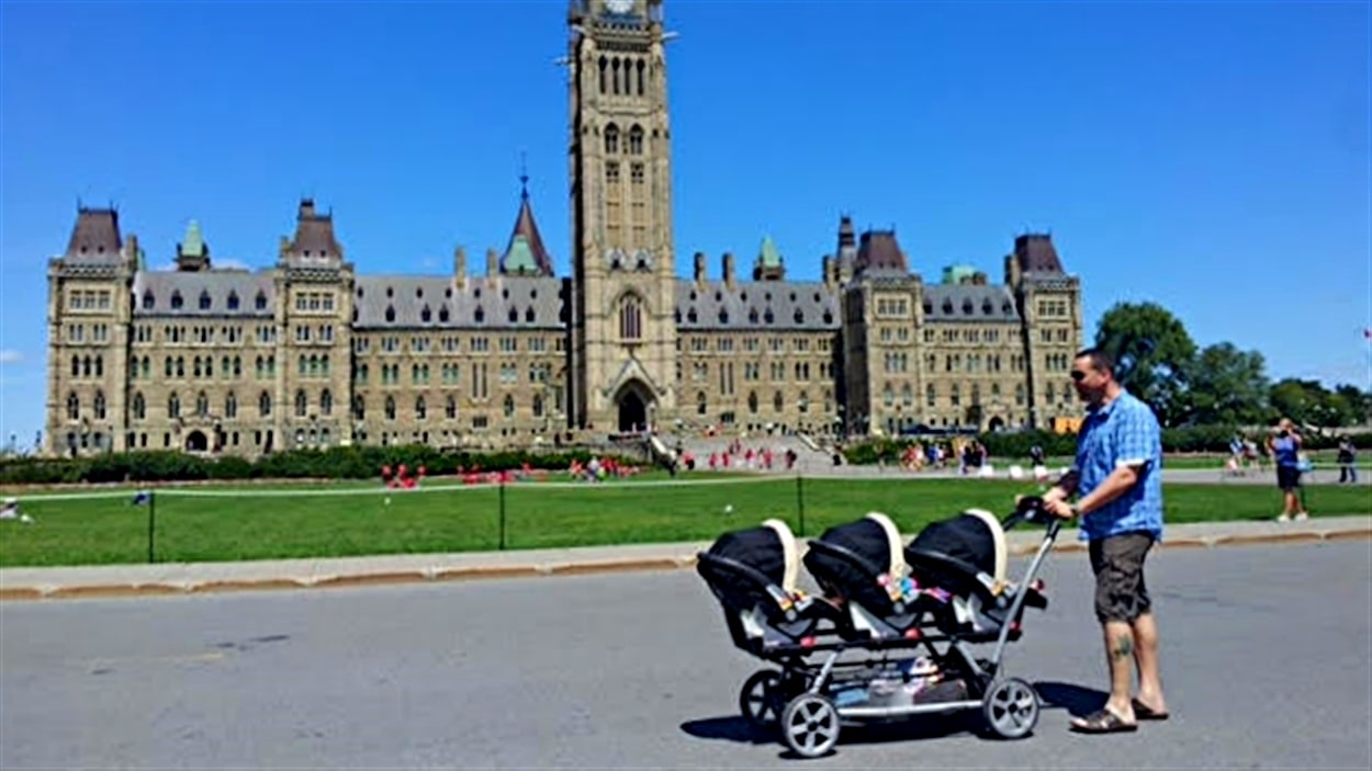 Bruce, le papa, promène les triplés sur la colline du Parlement.
