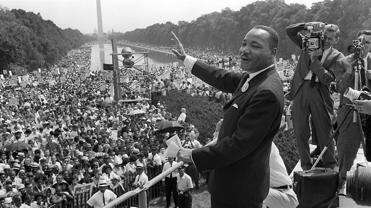 Le pasteur Martin Luther King Jr. prononce son célèbre discours «J'ai un rêve» («I Have a Dream»), le 28 août 1963, à Washington, au terme d'une marche qui rassemble quelque 250 000 personnes.