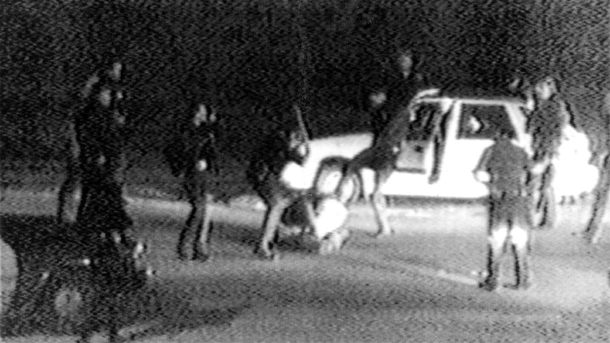 Image tirée de la vidéo montrant Rodney King passé à tabac par des policiers de Los Angeles, le 3 mars 1991.