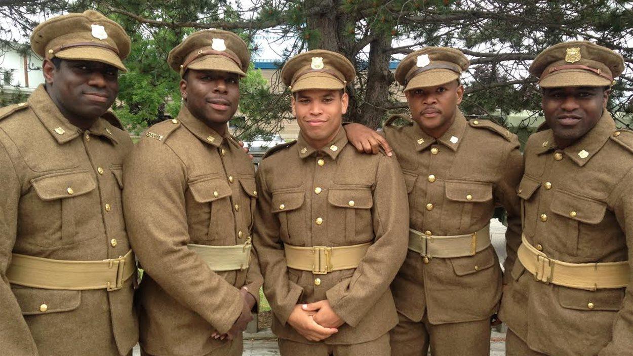 Cinq militaires en rang