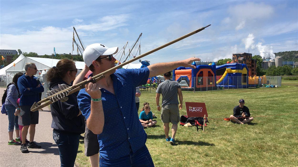 Les participants se sont initiés aux outils de chasse auchtones de la paléohistoire au parc des Pionniers.