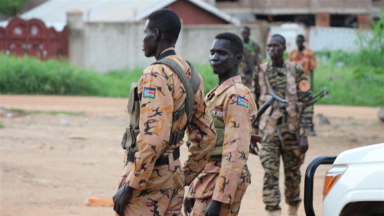 Des soldats sud-soudanais montent la garde à la suite de la reprise des combats à Juba.