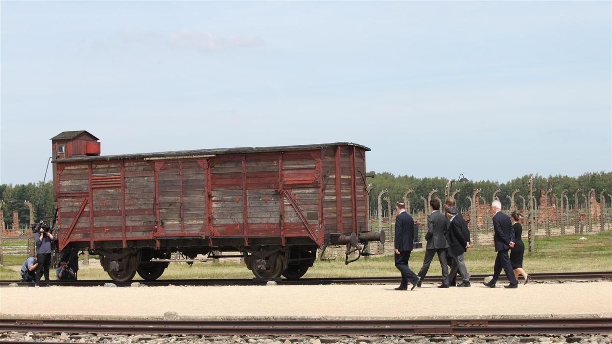 La délégation a vu un des wagons qui servaient à transporter les juifs au camp de concentration.