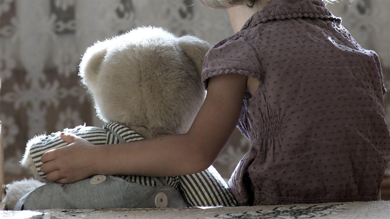 Un enfant et son doudou.