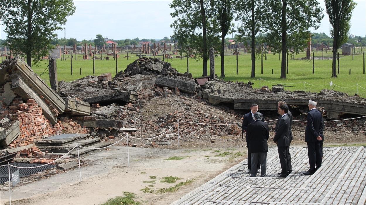 Les ministres Stéphane Dion et Chrystia Freeland ont accompagné Justin Trudeau lors d'une prière devant les ruines d'une chambre à gaz.