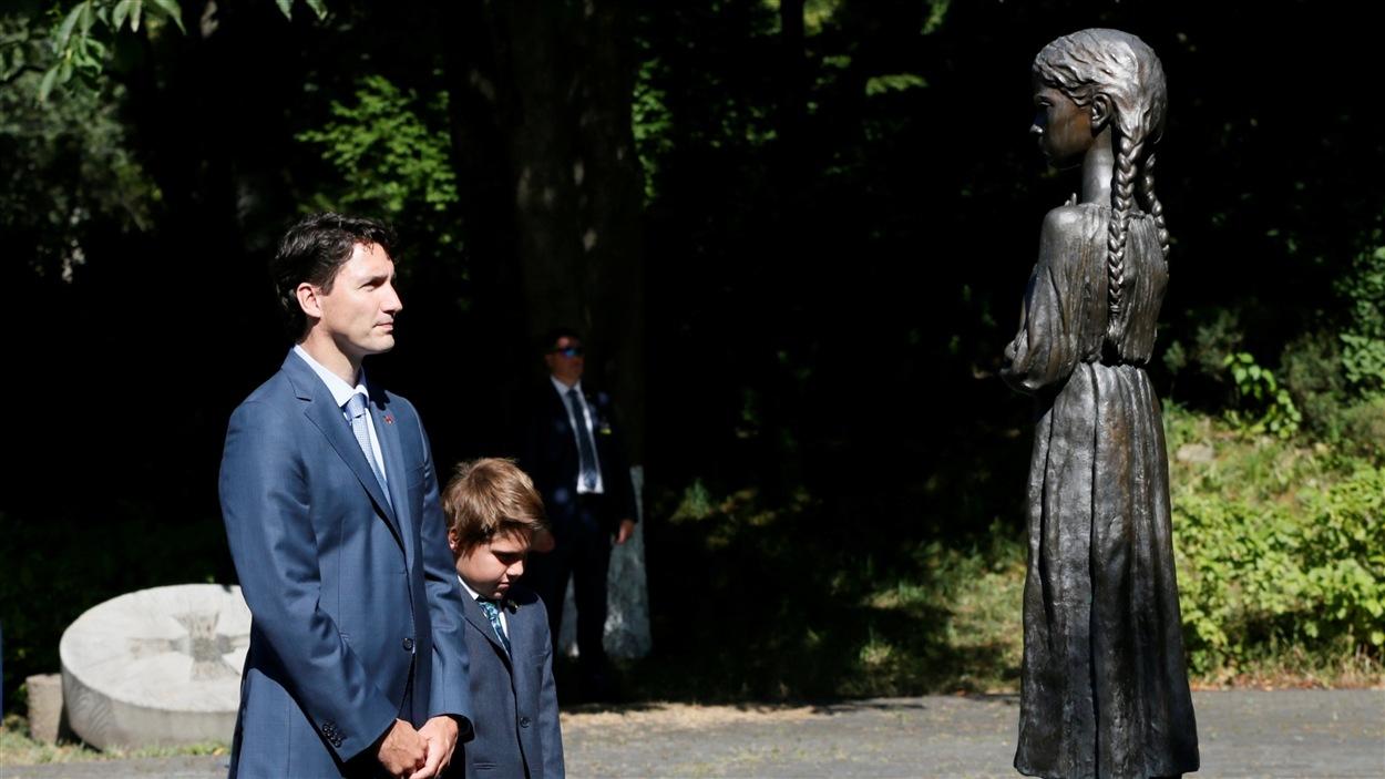 Justin Trudeau et son fils Xavier ont visité un monument en l'honneur des victimes de l'Holodomor.