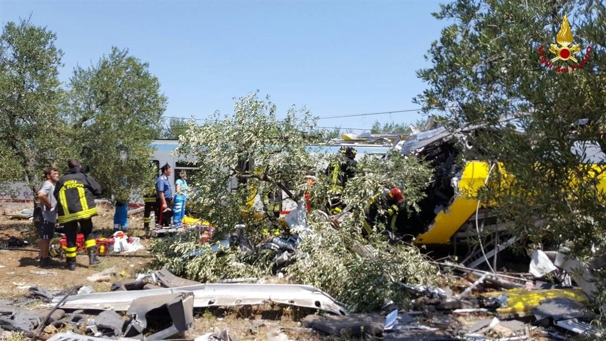 Les secouristes cherchent des blessés sous les décombres.