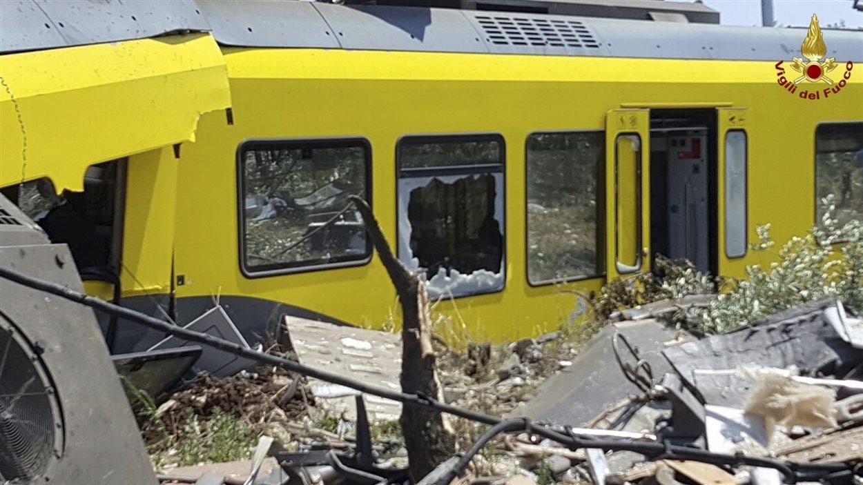 Un des wagons de train lourdement abîmé lors de l'impact.