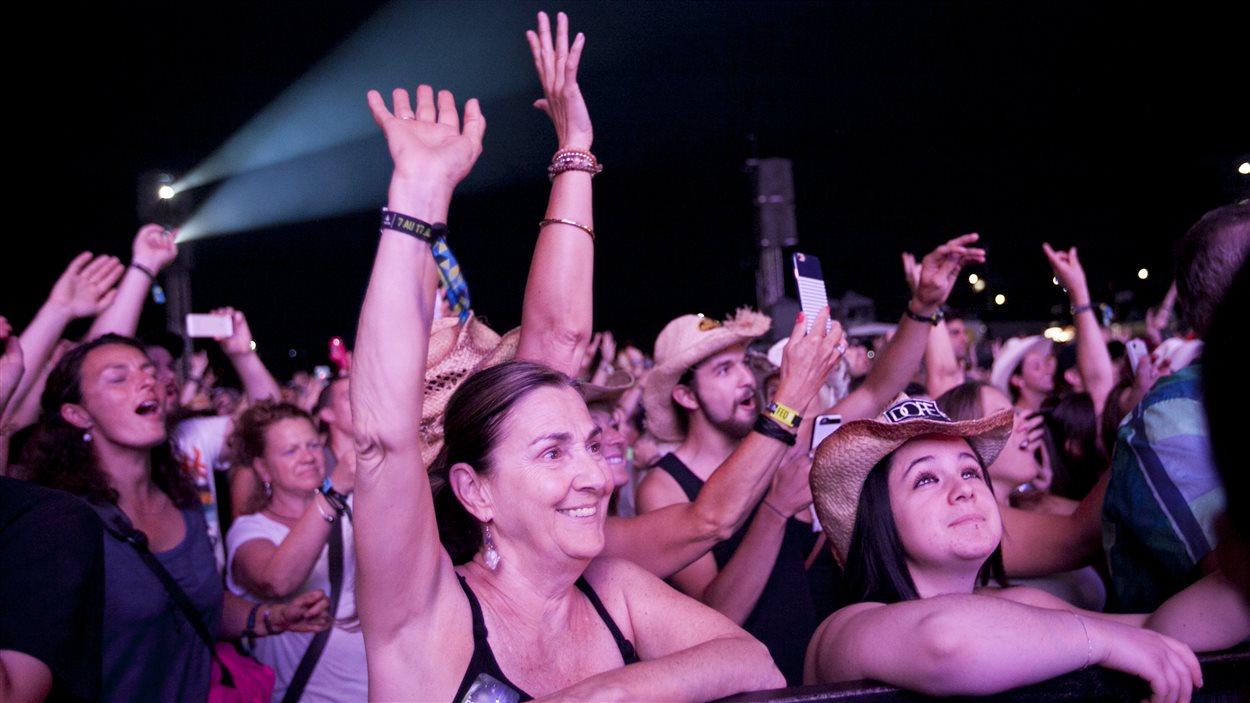 Des spectateurs lors de l'arrivée de Brad Paisley sur la scène