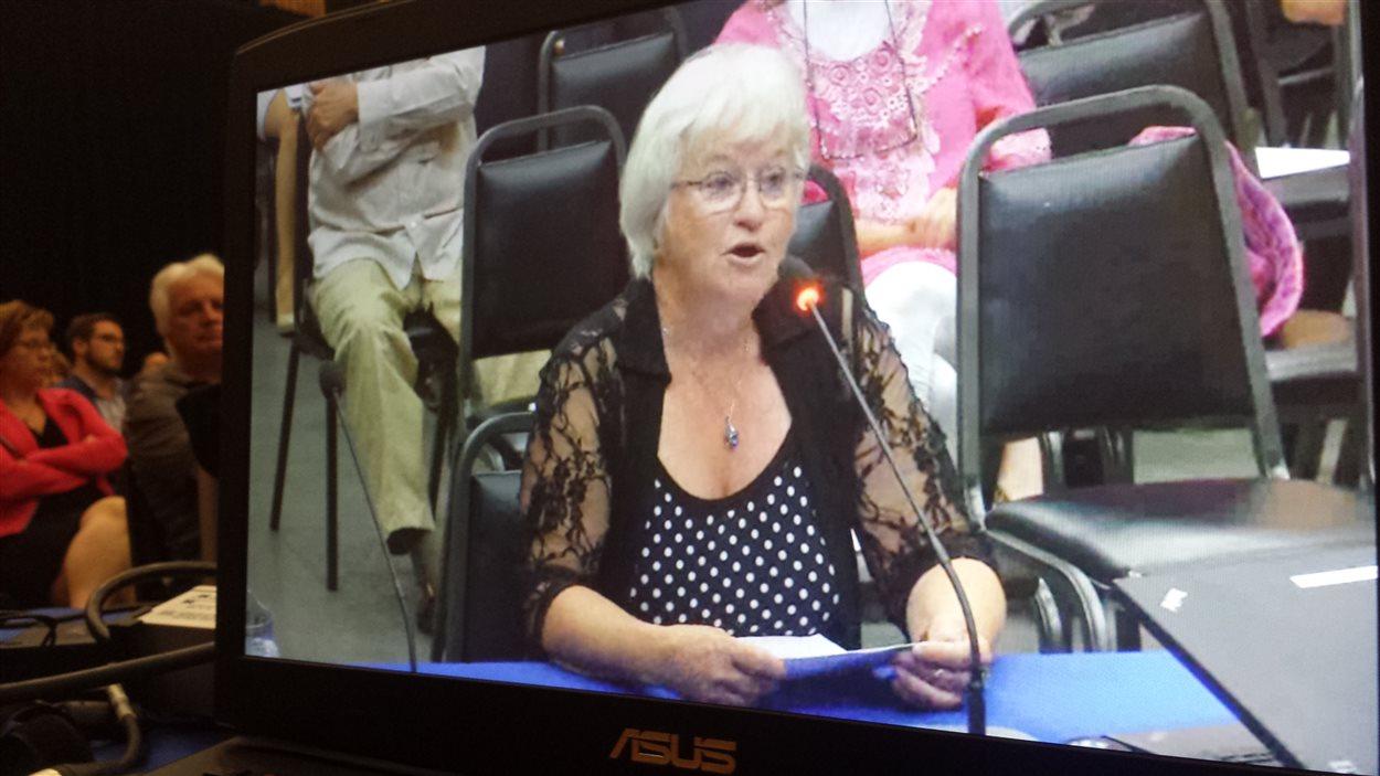 Anette Ayotte, citoyenne de Rivière-Héva, lors des audiences du Bureau d'audiences publiques sur l'environnement à Malartic