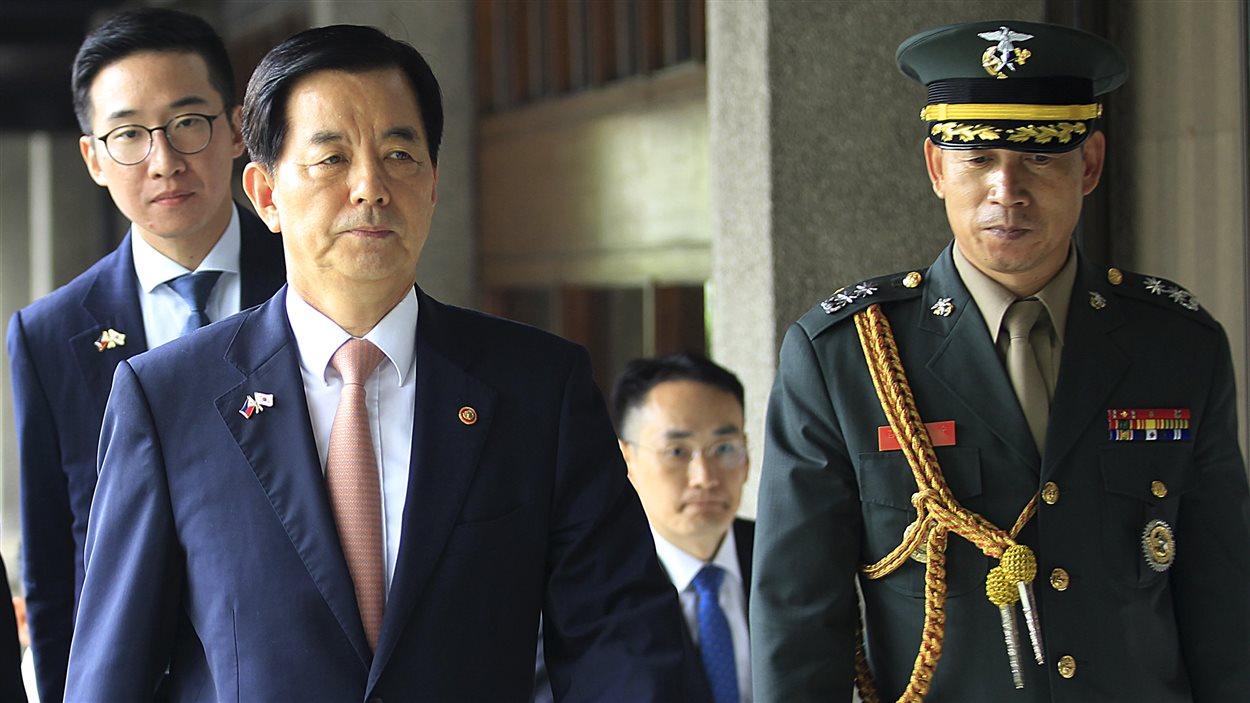 Le ministre de la Défense sud-coréen, Han Min-Koo (à gauche), marchant vers un quartier général où il doit y tenir une conférence de presse. (archives)