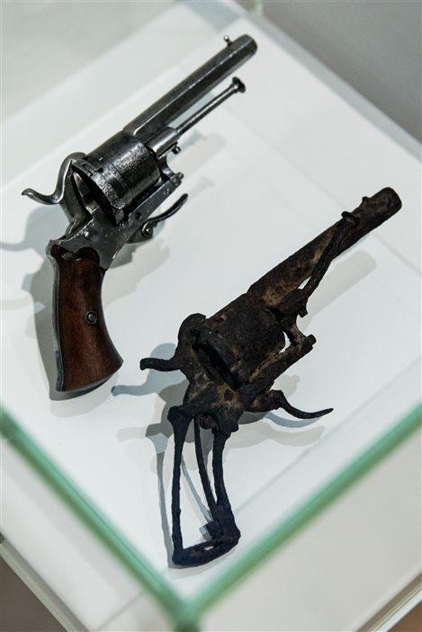 L'arme que Vincent Van Gogh aurait utilisée pour mettre fin à ses jours (à droite) est exposée jusqu'au 25 septembre.
