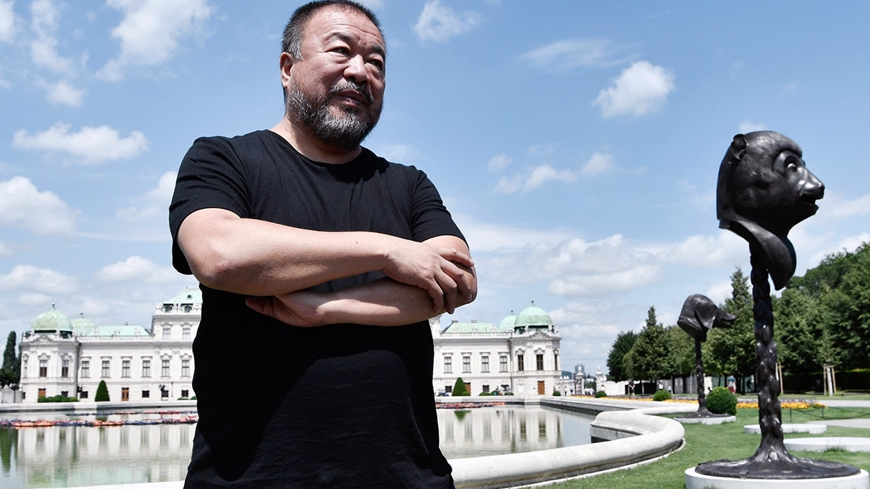 L'artiste Ai Weiwei pose devant ses installations « F Lotus » et « Circle of Animals/Zodiac Heads », à Vienne
