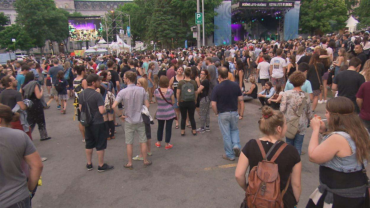 Le site a été agrandi sur la rue Saint-Amable et les festivalier peuvent voir le spectacle grâce un écran géant.