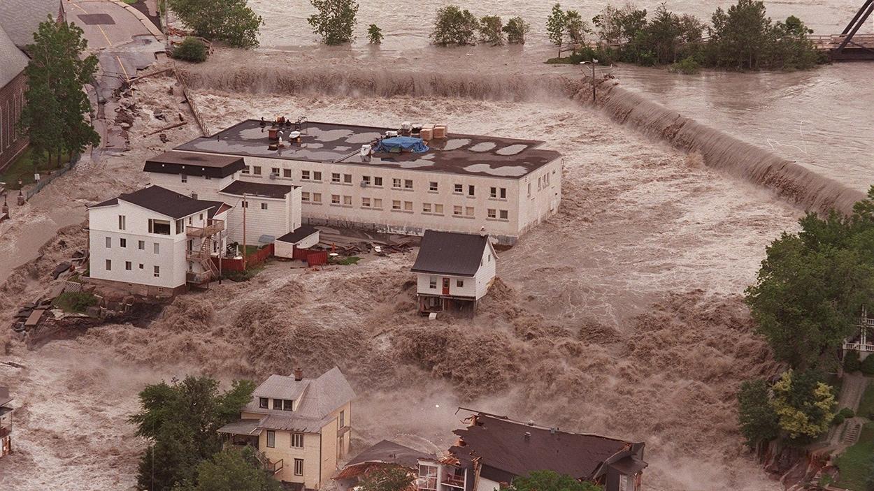 Vue aérienne de l'état des inondations lors du déluge de 1996 dans la région du Saguenay