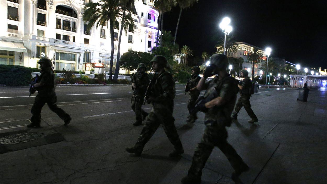 La police patrouille le centre-ville de Nice après l'attentat.