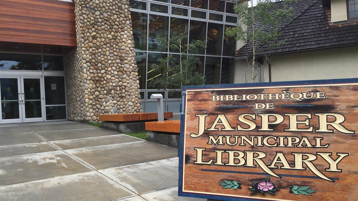 Les nouveaux locaux de l'ACFA régionale de Jasper donnent sur la bibliothèque municipale.