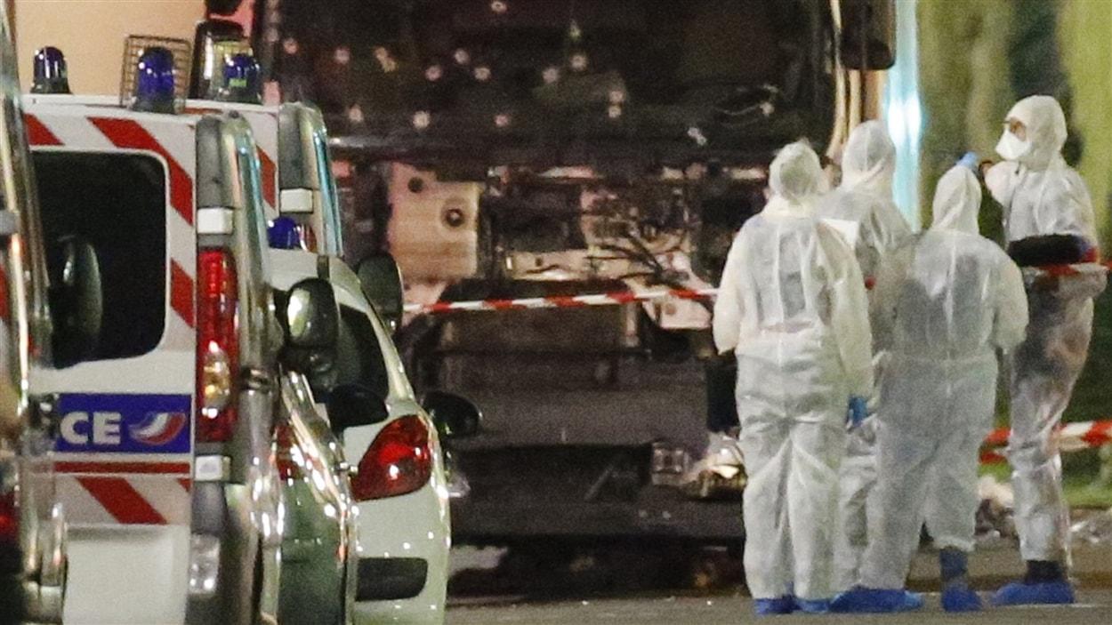Les autorités françaises examinent le camion qui a foncé dans la foule à Nice.