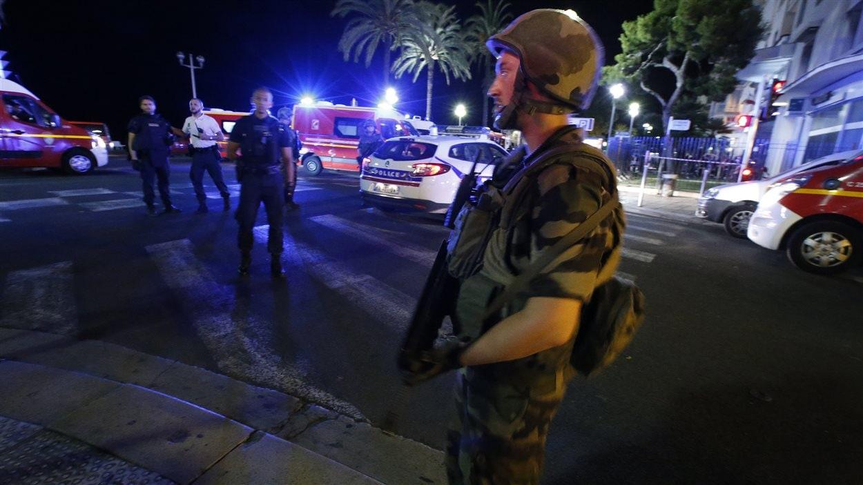 Des soldats ont établi un périmètre de sécurité autour de la zone où est survenue l'attaque au camion à Nice.