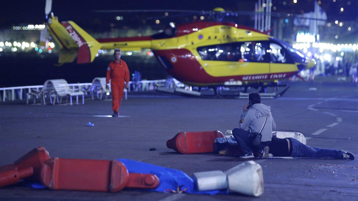 Un hélicoptère-ambulance arrive sur les lieux de l'attaque au camion de Nice.