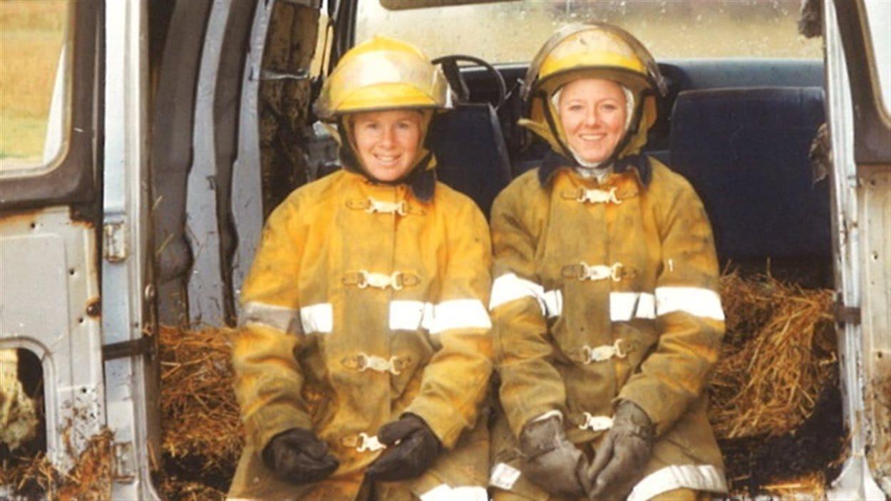 Deux pompières dans un camion