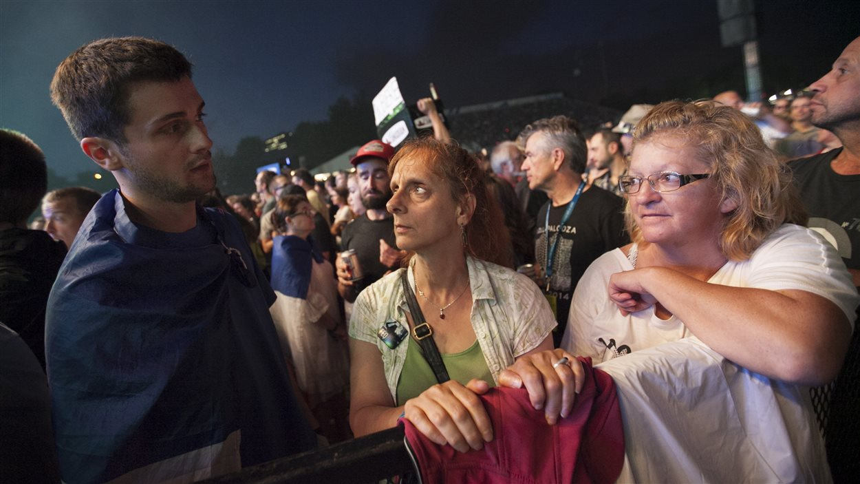 Jérémy Jamin explique à ses voisines dans la foule les événements de Nice.