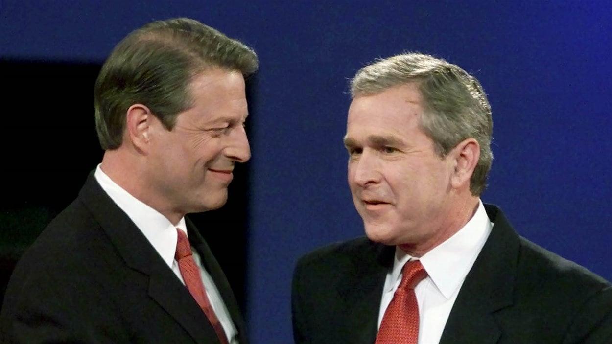Le démocrate Al Gore et le républicain George W. Bush, avant un de leurs débats télévisés, en 2000.