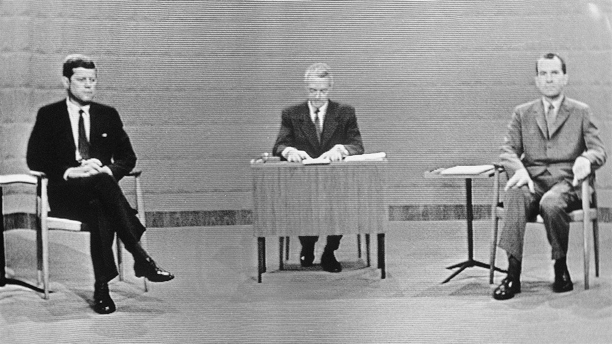 John F. Kennedy et Richard Nixon lors du premier débat télévisé de l'histoire des États-Unis, en 1960